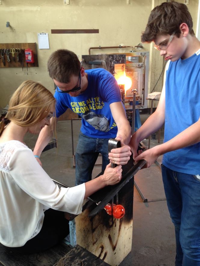 Teamwork during a Kids Blow Glas workshop. Credits: Berlin Glas e.V.