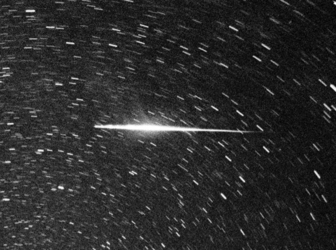 A Perseid fireball recorded during the 1993 outburst on a circumpolar stellar exposure. Credit: J.M.Trigo-Rodríguez/CSIC-IEEC.