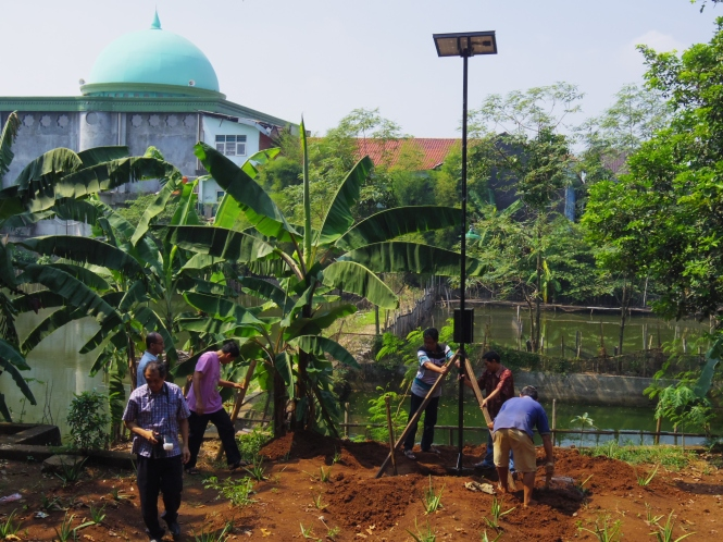 UPH's staff were installing the solar powered lighting system in Darling Pamulang's  garden. Credit: Henri Uranus
