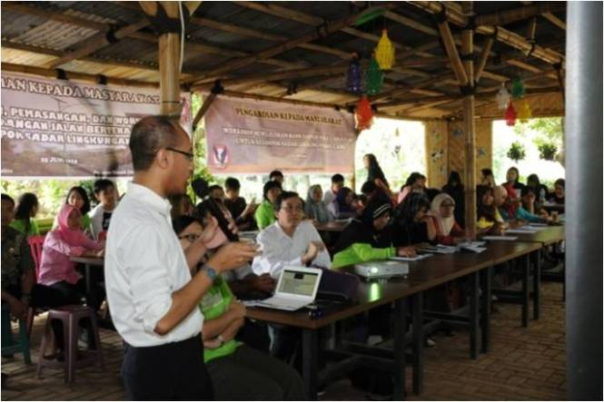 Workshop on designing, building, and maintaining solar powered lighting system for environmental friendly groups in Pamulang, 25 June  2015. Credit: Henri Uranus.