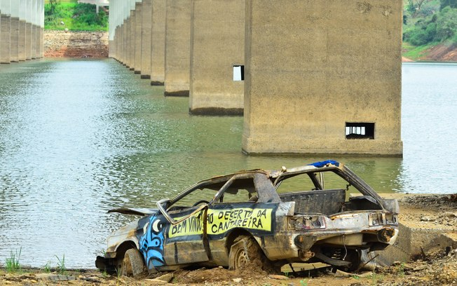 Car uncovered by the low levels of water at the Atibainha reservoir, Sao Paulo, Brazil, in 2014. Credit: Futura Press.