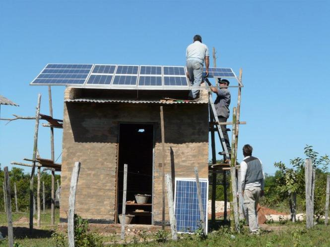 Photovoltaic solar system installation in Paraguay. Credit: Luces para Aprender.
