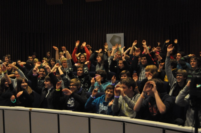 Getting the audience involved through a 'Mexican wave' to illustrate the concept of a wave. Credit: B-PHOT.