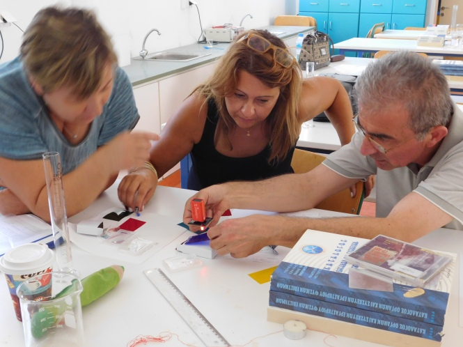Teachers learn how to work with the Photonics Explorer kit in Greece. Credit: EYEST vzw.