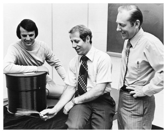From left to right: Dr. Robert Maurer, Dr. Peter Schultz, and Dr. Donald Keck. Credit: Corning.