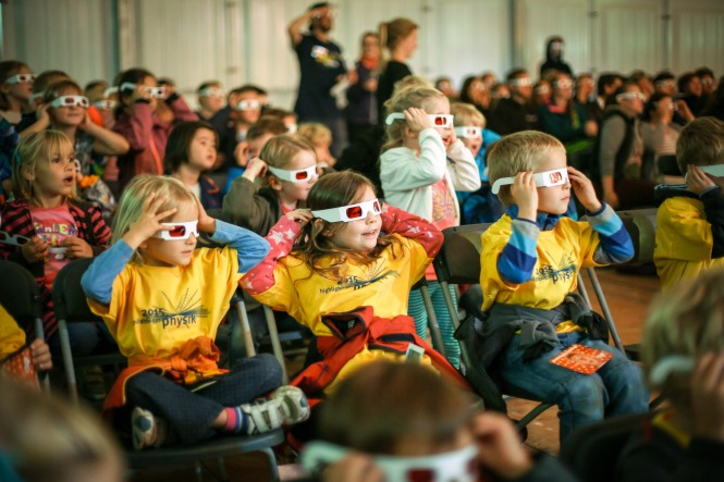 Astonishment on the faces of children watching a children's theatre's Highlights Show for Kids. Credit: Highlights der Physik/Offer und Offer.