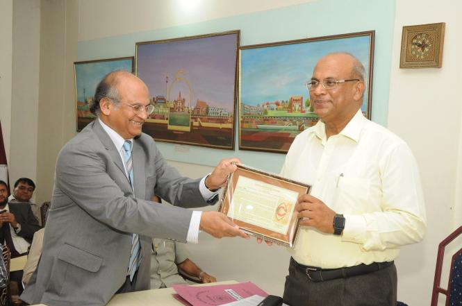 Prof. Zahid Hussain Khan receiving memento from Pro Vice Chancellor Syed Ahmad Ali. Credit: Ibn Sina Academy of Medieval Medicine and Sciences.