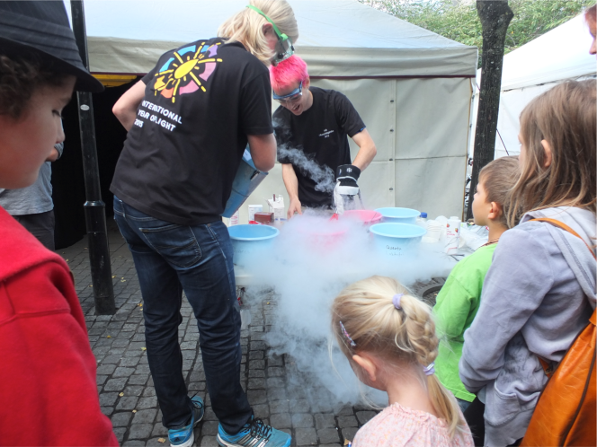 Physics in the King's Garden, Stockholm, Sweden, exhibition and hands on experiments on 5 September 2015.
